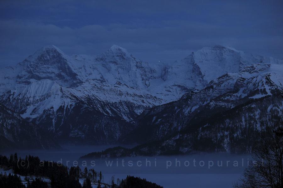 dreigestirn der berner alpen zur blauen stunde (eiger, mönch und jungfrau)